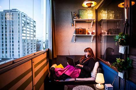 Valot pidentävät parvekkeen käyttöaikaa, sanoo <br />helsinkiläinen Johanna Pelto. Hän nappaa läppärin syliin ja istahtaa lukemaan sähköpostit työpäivän jälkeen.