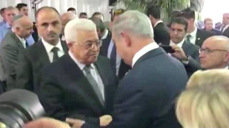 Palestiinan presidentti Mahmoud Abbas ja Israelin pääministeri Benjamin Netanjahu kättelemässä Shimon Peresin hautajaisissa Jerusalemissa perjantaina.