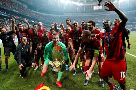 Liverpoolin maalivahti Adrian nosti Super Cupin voittopokaalin Istanbulissa viime kesänä.