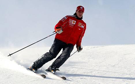 Innokkaana laskettelijana tunnetun Michael Schumacherin pahasta hiihto-onnettomuudesta on kulunut tasan vuosi. Kuva vuodelta 2004.
