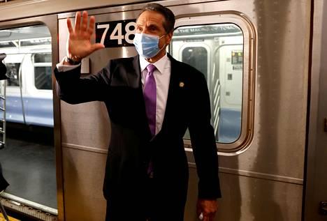 Andrew Cuomo poseerasi kuvaajille New Yorkin metrossa viime kesäkuussa, kun kaupunki jälleen avattiin ensimmäisen koronasulun jälkeen.