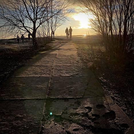 19. tammikuuta: Aurinkoinen sää helli ulkoilijoita Uunisaaressa.