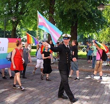 Ylikersantti Juho Pylvänäinen osallistui juhla-asussaan Helsingin Pride-kulkueeseen.