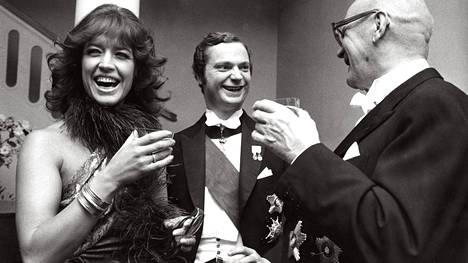 Kaarle Kustaa vietti iltaa laulaja Lill-Babsin ja presidentti Urho Kekkosen kanssa Ruotsin suurlähetystössä Suomen-vierailullaan 1974.