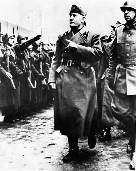 Italiaa vuosina 1922–1943 johtanut Benito Mussolini tarkastamassa tykkiosaston paraatirivistöä Roomassa keväällä 1938.