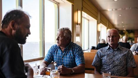Jarmo Karjalainen (vas.), Veijo Penttinen ja Timo Toivanen lähtivät tiistaina Viroon metsästysmatkalle. Vaikka tuoreet uutiset altistumisista risteilyillä olivat seurueen tiedossa, eivät ne vaikuttaneet heidän matkasuunnitelmiinsa.