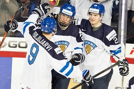 Jesse Puljujärvi, Patrik Aho ja Julius Nättinen juhlivat maalia Tsekki-ottelussa.