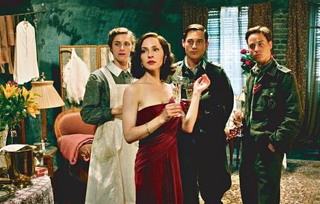 Miriam Stein (vas.), Katharina Schüttler, Volker Bruch ja Tom Schilling esittävät ystävyksiä toiseen maailmansotaan sijoittuvassa elokuvassa.