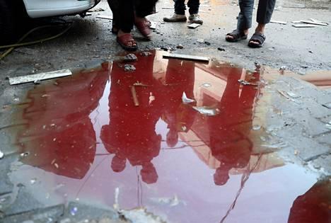 Veri sekoittui veteen Gazan kadulla maanantaina paikalla, missä palestiinalaisia kuoli.