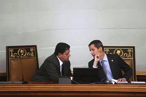 Venezuelan oppositiojohtaja Juan Guaidon (oik.) kakkosmies Edgar Zambrano pidätettiin keskiviikkona.