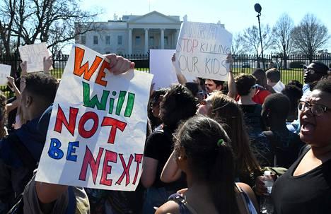 Sadat opiskelijat vaativat muutoksia Yhdysvaltain aselakeihin keskiviikkona Valkoisen talon edessä Washingtonissa.