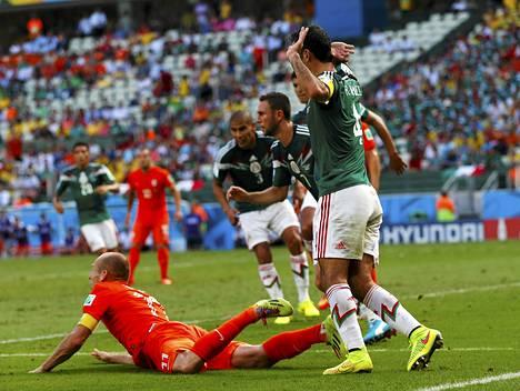 Arjen Robbenin anova katse tuomarin suuntaan toimii; pallo viedään pilkulle.