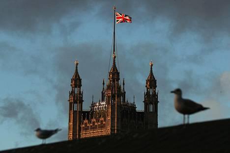 Britannian lippu eli Union Jack liehui parlamenttitalon Victoria-tornin salossa perjantaina.