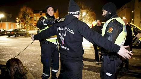 Norja: Poliisit tekivät ruumiintarkastuksen Soldiers of Odinin jäsenelle Drammenissa helmikuussa.