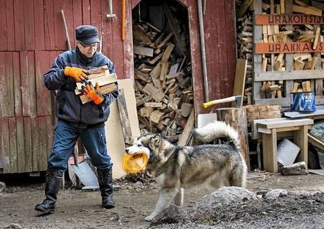 Matti Nummi ehti käydä mökillään pari kertaa jo talvella. Uutena vuotena hän toi Essi-koiran raketteja pakoon. Mökille on matkaa Haminan keskustasta noin 30 kilometriä.