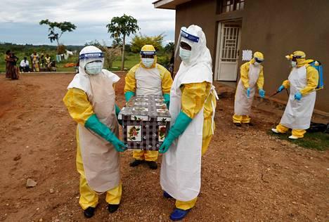 Hoitajat kantoivat mahdollisesti ebolaan kuolleen lapsen ruumista Benissä Kongossa joulukuussa 2018.