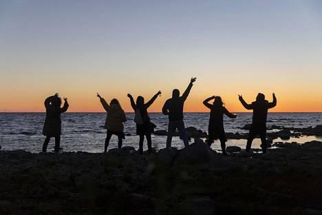 Festarivieraat tanssivat auringon noustessa Hailuodon Bättre Folkissa.