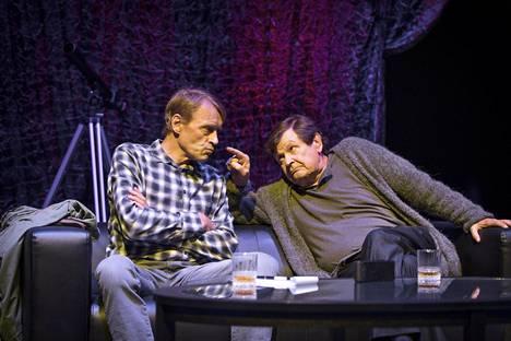Erik Larsen (Ilkka Heiskanen) ja Abel Znorko (Heikki Kinnunen) puhuvat näytelmässä rakkaudesta, yksinäisyydestä ja totuudesta.