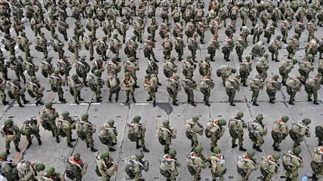 Venäjän joukot marssivat perjantaina kohti pois Ukrainan rajalta.