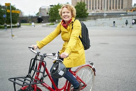 Helsinkiläinen Pilvi Torsti kieltäytyi apulaispormestarin paikasta, mutta nousi eduskuntaan. Haastatteluun hän saapui polkupyörällä.