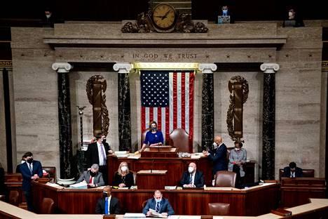 Edustajainhuoneen puhemies Nancy Pelosi puhui senaatin kokouksessa, jota jatkettiin kun kongressitalon valtaus oli ohi.