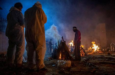 Koronavirukseen kuolleen ruumista poltettiin krematorion mailla Delhissä viime lauantaina.