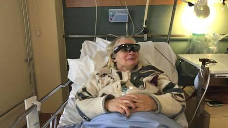 Potilas Marja Berg osallistui virtuaalilasien avulla ensimmäiseen testikonserttiin Tyksissä.