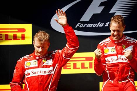 Ferrari otti kaksoisvoiton, kun Kimi Räikkönen (vas.) ajoi toiseksi Sebastian Vettelin takana.