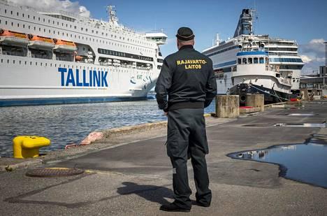 Suomalaiset rajavartijat ovat neuvoneet Suomeen pyrkiviä matkustajia Tallinnan satamassa toukokuun 14. päivästä lähtien, kun työmatkailu ja muu välttämätön liikenne sallittiin.
