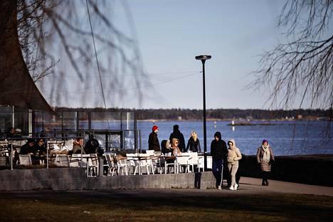 Kaivopuiston kyljessä sijaitsevan kahvila Ursulan asiakkaat pitivät turvavälejä maaliskuussa.