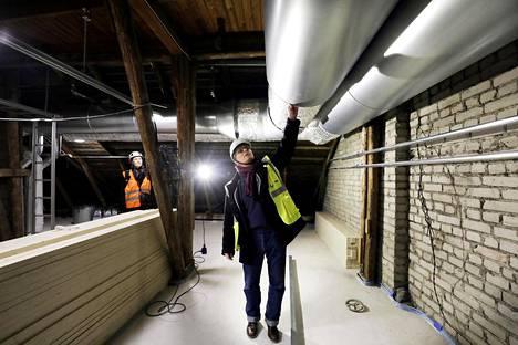 Talotekniikka-asiantuntija Kaj Karumaa tarkastaa ilman vaihdon runkokanavaa, joka on halkaisijaltaan  puoli metriä.