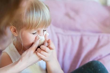 Lasten infektiot tarttuvat myös vanhempiin. Useimmat virukset siirtyvät ihmisistä toiseen eritteiden välityksellä.