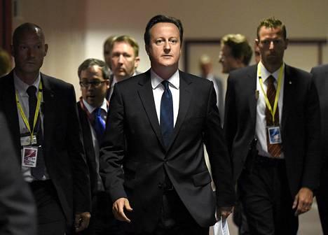 Brittien pääministeri David Cameron saapuu pressitilaisuuteen.