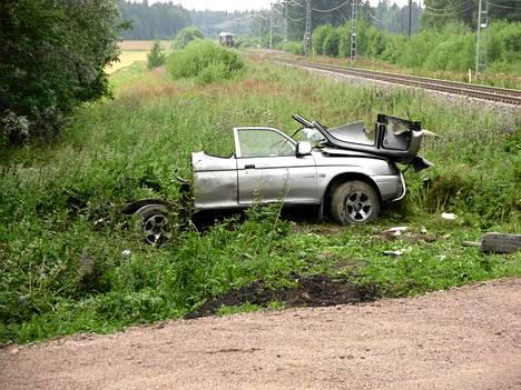 Henkilöauto ja pikajuna törmäsivät vartioimattomassa tasoristeyksessä Loimaan ja Humppilan välillä heinäkuussa 2011.