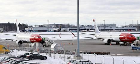 Kaksi lentoyhtiö Norwegianin Boeing 737 Max -matkustajakonetta Helsinki Vantaan lentokentälle maaliskuussa.