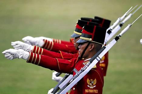 Indonesian presidentin henkivartiosto marssi maan itsenäisyyspäivän juhlallisuuksissa. Itsenäinen Indonesia täytti maanantaina 70 vuotta.