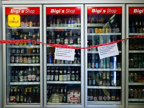 Osa kioskeista pysyi auki, mutta sulki alkoholikaappinsa suomalaiseen tapaan, kun myyntirajoitus tuli voimaan perjantai-iltana kello 20.