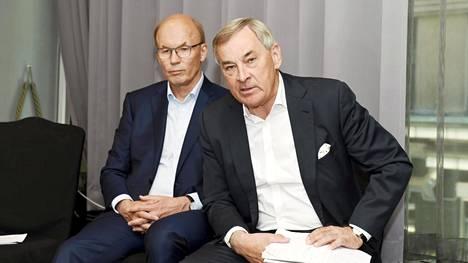 Mikael Lilius (oik.) esiintyi yhdessä Outotecin hallituksen puheenjohtajan Matti Alahuhdan kanssa tiedotustilaisuudessa, jossa kerrottiin Metson ja Outotecin fuusiosta kesällä 2019.