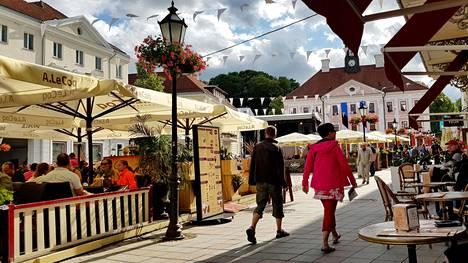 Tartto on Viron toiseksi suurin kaupunki. Kuvassa Tarton Raatihuoneentori.