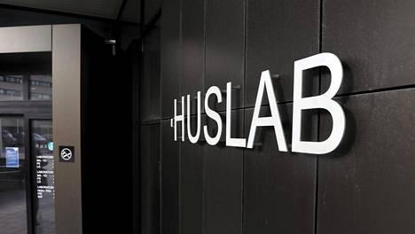 HUSLAB-laboratorion sisäänkäynti Helsingin Meilahden sairaala-alueella.