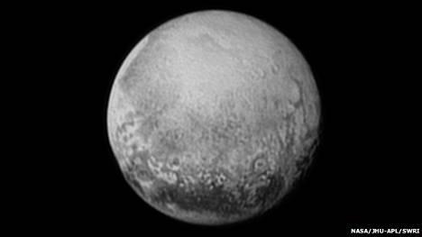 Tämän kuvan New Horizons otti Plutosta lauantaina 11. heinäkuuta 2015. Kuvassa erottuu selvästi pinnanmuotoja päiväntasaajalla ja lähiympäristössä. Se kiinnostaa jo nyt geologeja, vaikka paljon tarkempaa kuvaa tulee pian. Asiantuntijat odottavat lähikuvia Johns Hopkins -yliopistolla, jossa lennonjohto sijaitsee.