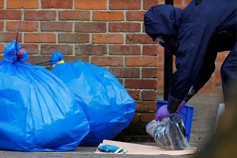 Suojavaatteita säilytettiin muovisäkeissä, kun tutkijat kävivät myrkytyspaikalla Salisburyssa keskiviikkona.