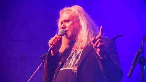 Jussi Hakulinen on Yö-yhtyeen perustaja- ja alkuperäisjäsen.
