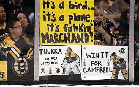 Tuukka Raskia kehutaan myös Bostonin fanien kannustuskylteissä. Oikeanpuoleinen kyltti muistuttaa Gregory Campbellista, jonka jalasta murtui luu, kun hän blokkasi laukauksen kolmannessa Pittsburgh-ottelussa. Campbell on murtuman takia sivussa finaalipeleistä.