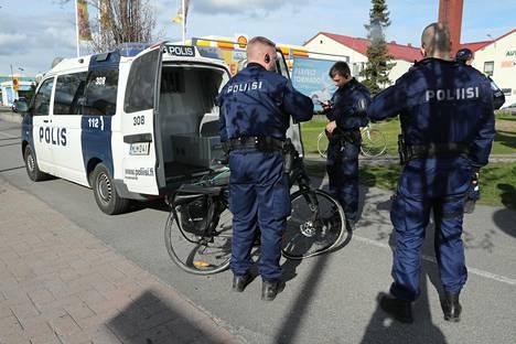 Poliisi tutki onnettomuuspyörää Herttonimessä tiistai-iltapäivällä.
