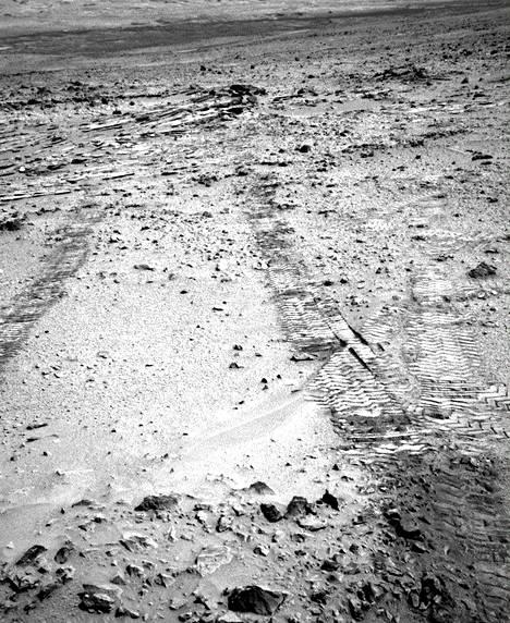 Mars-mönkijä kuvasi renkaanjälkiään tiistaina 9. heinäkuuta. Curiosity on edennyt joitakin kymmeniä metrejä viime päivinä.