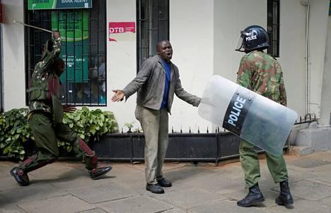 Poliisi pahoinpiteli mielenosoittajia Kenian Nairobissa.