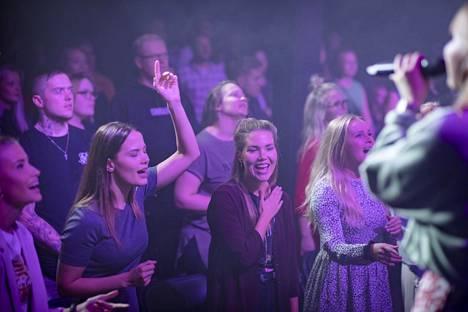 Iida Kontio (vas.), Sanna Lampi, Jenni Saranpää ja Inka-Harriet Kaminen eläytyvät jumalanpalveluksen ylistyslauluun.