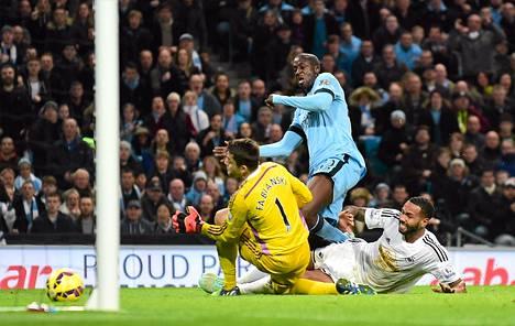 Yaya Toure nousi sankariksi sijoitettuaan pallon Swansean maaliin.