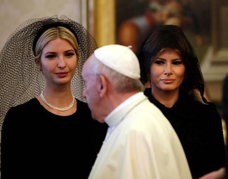 Donald Trumpin tytär Ivanka (vas.) ja vaimo Melania pukeutuneina pukukoodin mukaisesti mustiin asuihin ja hiukset peittäviin asusteisiin Yhdysvaltain presidentin paavitapaamisen aikana Vatikaanissa keskiviikkona.